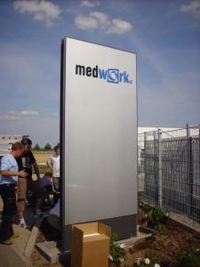Werbepylon plan aufgesetzte Buchstaben Medwork2